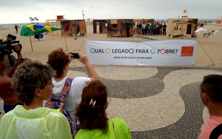fe9fdf9b6 Em protesto, em meados de agosto, uma favela foi construída para chamar  atenção de turistas sobre o legado olímpico para os pobres. Rio de Janeiro  ...