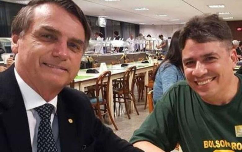 Bolsonaro e seu amigo, que já tentou indicar para alto cargo na estatal, em momento de descontração - Créditos: Reprodução