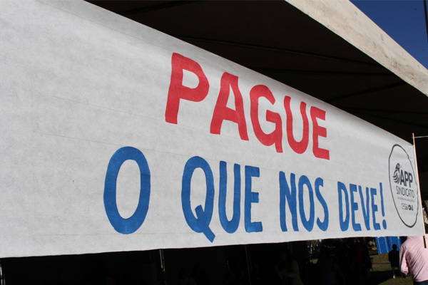 Servidores públicos em greve no Paraná: 80% das escolas estão fechadas