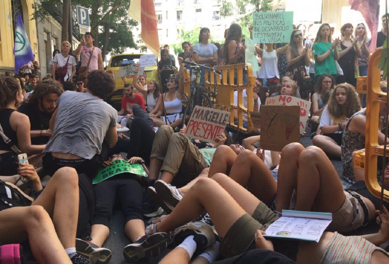 Na Espanha, manifestantes chamam Bolsonaro de 'criminoso ambiental'