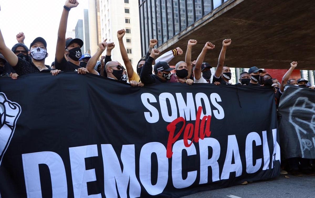 Torcidas organizadas criam 'linha de frente' na resistência ...